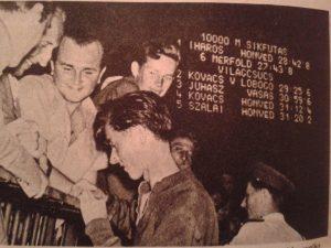 Öröm. Iharos Sándor autogramot oszt a Népstadionban 6 mérföldes és 10 000 méteres világcsúcsa után. (Forrás: magángyűjtemény)
