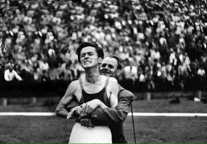 Előtérben.Tanítvány és mestere a Népstadionban, miután Iharos Sándor a 7. távon is világcsúcsot futott. (Forrás: magángyűjtemény)